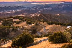 Puesta del sol ligera iluminando las montañas situadas en San del sur Fra imagen de archivo libre de regalías