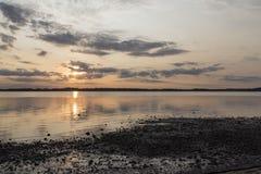 Puesta del sol Limafjord, Lundo, Jutlandia, Dinamarca Foto de archivo