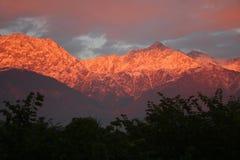 Puesta del sol llameante sobre Himalaya indio snowpeaked imágenes de archivo libres de regalías