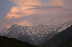 Puesta del sol llameante sobre rangos himalayan snowpeaked imagenes de archivo