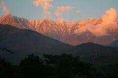 Puesta del sol llameante sobre rangos himalayan snowpeaked Imagen de archivo