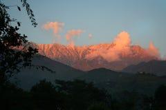 Puesta del sol llameante sobre rangos himalayan snowpeaked fotos de archivo
