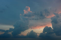 Puesta del sol lluviosa de la nube tormentosa Fotos de archivo libres de regalías