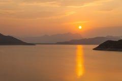 Puesta del sol a lo largo de la costa Imágenes de archivo libres de regalías