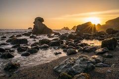 Puesta del sol a lo largo de la costa de California fotografía de archivo