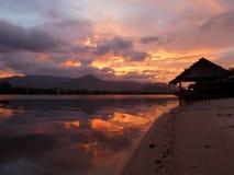Puesta del sol a lo largo de un río de la selva en Camboya con la choza Fotografía de archivo libre de regalías