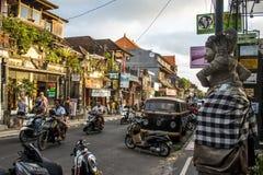 Puesta del sol local 08 de la gente de la vida de ciudad de Indonesia Bali Ubud 10 2015 Fotografía de archivo