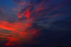 Puesta del sol mágica con las nubes y la luna coloridas imagen de archivo libre de regalías