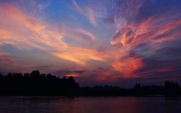 Puesta del sol mágica con las nubes y la luna coloridas imagen de archivo