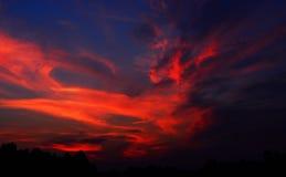 Puesta del sol mágica con las nubes y la luna coloridas imagenes de archivo