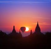 Puesta del sol mágica crepuscular en Bagan Myanmar (Birmania) caliente Fotos de archivo libres de regalías