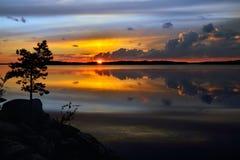 Puesta del sol mágica Lago Pongoma, Karelia septentrional, Rusia Foto de archivo libre de regalías