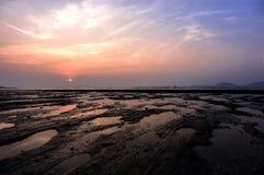 Puesta del sol mágica a lo largo de una línea de la costa Fotografía de archivo libre de regalías