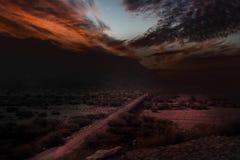 Puesta del sol mágica, puente viejo, montañas y nubes Foto de archivo libre de regalías