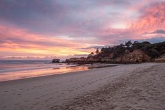 Puesta del sol mágica roja en la playa de Oura en Albufeira portugal Fotografía de archivo libre de regalías