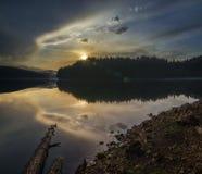Puesta del sol mágica sobre el lago Imagen de archivo libre de regalías