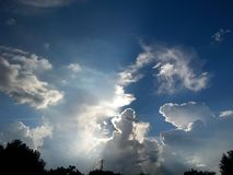 Puesta del sol más allá del cielo del arte de las nubes imagen de archivo libre de regalías