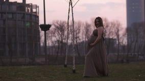 Puesta del sol magenta viva - la mujer embarazada joven es feliz en su pa?s de destino del viaje Letonia con una visi?n sobre la  metrajes