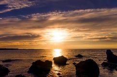 Puesta del sol magnífica, brillante, colorida. Imagen de archivo