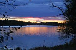 Puesta del sol magnífica del río imagenes de archivo