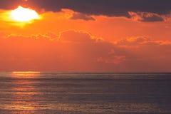 Puesta del sol magnífica en el océano Foto de archivo libre de regalías
