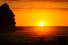 Puesta del sol magnífica en la playa de Piha imágenes de archivo libres de regalías