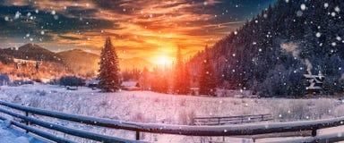 Puesta del sol majestuosa en el invierno visión hivernal maravillosa en villlage de la montaña Imagenes de archivo