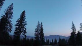Puesta del sol majestuosa en el paisaje de las montañas almacen de video