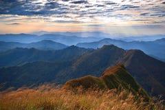 Puesta del sol majestuosa en el paisaje de las montañas Fotos de archivo libres de regalías