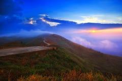 Puesta del sol majestuosa en el paisaje de las montañas Fotografía de archivo libre de regalías