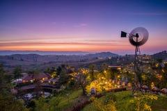 Puesta del sol majestuosa en el paisaje de las montañas Imágenes de archivo libres de regalías