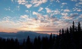 Puesta del sol majestuosa en el paisaje de las montañas Cielo dramático Cárpato, Ucrania, Europa Imágenes de archivo libres de regalías