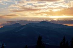 Puesta del sol majestuosa en el paisaje de las montañas Cielo dramático Cárpato, Ucrania, Europa Fotos de archivo libres de regalías