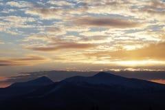 Puesta del sol majestuosa en el paisaje de las montañas Cielo dramático Cárpato, Ucrania, Europa Fotos de archivo