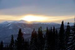 Puesta del sol majestuosa en el paisaje de las montañas Cielo dramático Cárpato, Ucrania, Europa Fotografía de archivo
