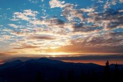 Puesta del sol majestuosa en el paisaje de las montañas Cielo dramático Cárpato, Ucrania, Europa Foto de archivo libre de regalías