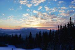 Puesta del sol majestuosa en el paisaje de las montañas Cielo dramático Cárpato, Ucrania, Europa Imagen de archivo libre de regalías