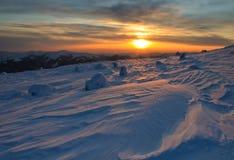 Puesta del sol majestuosa en el paisaje de las montañas del invierno Foto de archivo libre de regalías