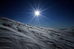 Puesta del sol majestuosa en el paisaje de las montañas del invierno Cielo dramático Imágenes de archivo libres de regalías