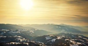 Puesta del sol majestuosa en el paisaje de las montañas. Paisaje de la puesta del sol en montañas cárpatas. Amanecer en las montañ Foto de archivo