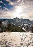 Puesta del sol majestuosa en el paisaje de las montañas Paisaje de la puesta del sol en montañas cárpatas Amanecer en las montañ Fotografía de archivo