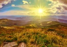 Puesta del sol majestuosa en montañas cárpatas, Ucrania Imagen de archivo