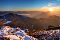 Puesta del sol majestuosa en paisaje de las montañas del invierno. Imagen de archivo libre de regalías