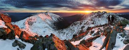 Puesta del sol majestuosa en paisaje de las montañas del invierno Foto de archivo