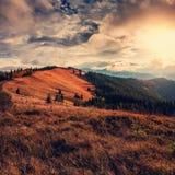 Puesta del sol majestuosa Valle de la montaña durante salida del sol Paisaje natural del verano de la tarde Foto de archivo