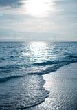 Puesta del sol maldiva en una playa Fotos de archivo