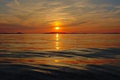 Puesta del sol del mar adriático con la silueta de una isla o el horizonte Foto de archivo