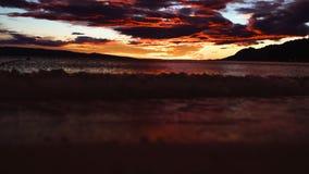 Puesta del sol del mar Puesta del sol en la playa Playa y cielo de la puesta del sol metrajes