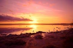 Puesta del sol, mar Mediterráneo, sol, España, Alicante, Torrevieja, lago de sal imagen de archivo