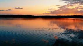 Puesta del sol maravillosa en el lago con las nubes hermosas almacen de video